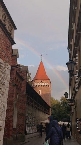 秋のクラクフ旧市街観光みどころフロリアンスカ門での虹